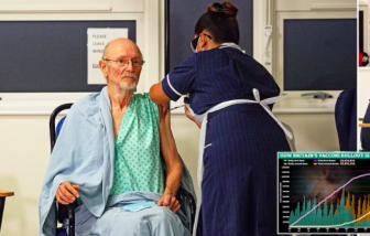 Người đàn ông đầu tiên trên thế giới tiêm vắc-xin COVID-19 đã qua đời
