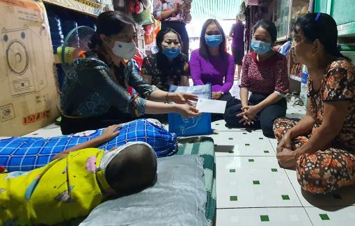 Hội LHPN TPHCM đến thăm cháu bé 4 tuổi bị chém lún sọ ngay trước nhà