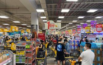 Tối thứ Sáu, nhiều siêu thị tại TPHCM đông nghẹt người, nhân viên mỏi tay châm hàng