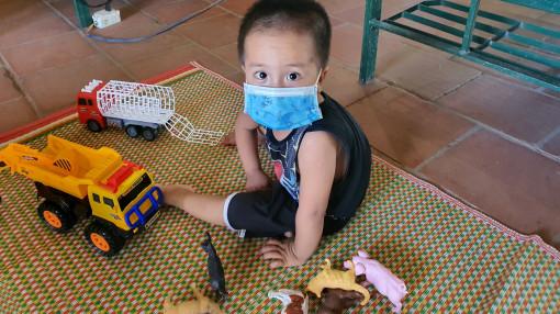 Clip: Quốc tế Thiếu nhi trong khu cách ly của cháu bé 3 tuổi xa gia đình