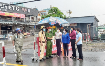 Hội LHPN TPHCM thăm các lực lượng làm nhiệm vụ tại các điểm cách ly quận Gò Vấp và 12