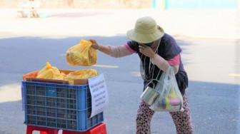 Đang khổ vì COVID-19, một doanh nghiệp du lịch vẫn gom thực phẩm phát cho mọi người