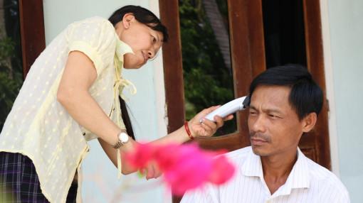 Ở yên trong nhà, mẹ trổ tài cắt tóc cho ba