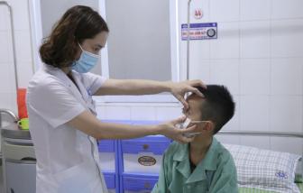 Bé 7 tuổi suýt hỏng mắt khi xem đánh cầu lông