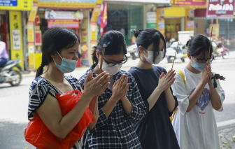 Văn Miếu đóng cửa vì dịch, thí sinh và phụ huynh đứng ngoài vái vọng cầu may trước ngày thi lớp 10