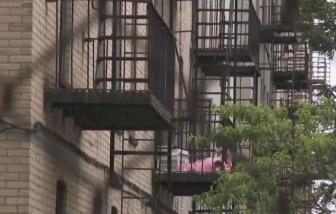 Mỹ: Mẹ ném hai con nhỏ qua cửa sổ rồi tự nhảy xuống từ tầng 2