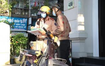 Nhiều người ngang nhiên phóng xe vào đường cấm trong những ngày giãn cách xã hội
