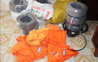 Mặc áo cam ngành điện lừa đảo bán dây điện cho người dân vùng quê
