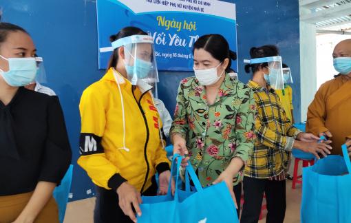 Tặng 100 phần quà cho hội viên phụ nữ khó khăn tại huyện Nhà Bè