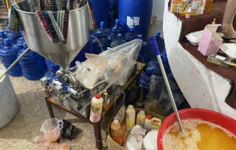 Phát hiện cơ sở dùng xô chậu pha trộn hóa chất thành... mỹ phẩm Hàn Quốc, Pháp