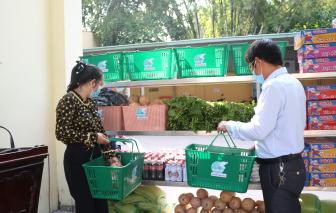 100 hộ dân phường Linh Đông được hỗ trợ thực phẩm tận nhà