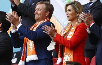 Nhà vua Hà Lan bị chỉ trích vì tiếp xúc gần với người hâm mộ bên lề Giải Euro 2020