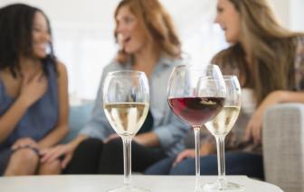 WHO bị chỉ trích phân biệt giới tính vì cho rằng phụ nữ trong độ tuổi sinh sản không nên uống rượu