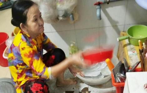 Người mẹ bệnh ung thư nén cơn đau đi rửa chén nuôi con