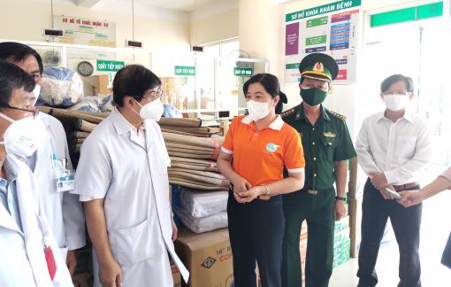Tặng 2 tấn quà cho lực lượng đang làm nhiệm vụ tại Bệnh viện Điều trị COVID-19 Cần Giờ