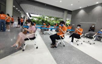 Những công nhân đầu tiên tại TPHCM đang chuẩn bị được tiêm vắc xin ngừa COVID-19
