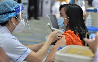 """Những đối tượng nguy cơ đầu tiên được tiêm vắc xin: """"Rất vui mừng"""""""