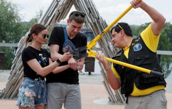 Clip: Cặp đôi người Ukraina phá khóa sau 123 ngày còng tay nhau để thể hiện tình yêu