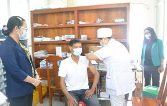 Sau giáo viên, Vĩnh Long sẽ tiêm vắc xin cho các hộ nghèo