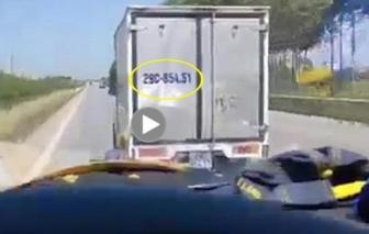Tước giấy phép lái xe tài xế xe tải không nhường đường xe chở bệnh nhân COVID-19