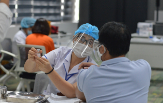 Sau 4 đợt tiêm vắc xin COVID-19, TPHCM bao phủ được khoảng 6% dân số