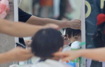 Cắt tóc vỉa hè Hà Nội đông khách do người dân sợ COVID-19