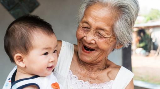 Gánh nặng nuôi cháu trên vai mẹ già