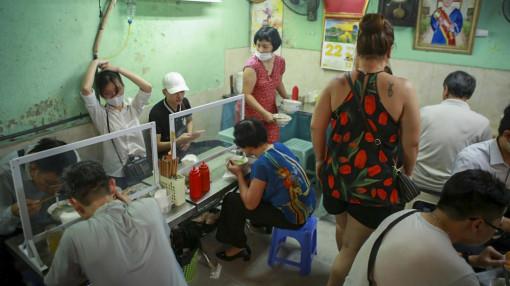 Hà Nội: Quán bún, phở đông chật khách trong buổi sáng đầu tiên mở cửa trở lại