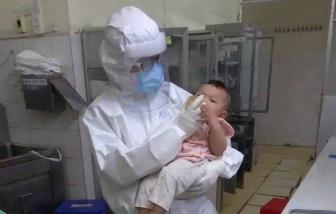 Cha mẹ mắc COVID-19, em bé 7 tháng tuổi được bác sĩ cho uống sữa