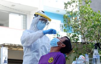 Lấy mẫu xét nghiệm COVID-19 trên diện rộng ở quận Tân Phú