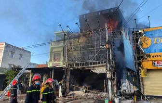Cháy dữ dội trung tâm điện máy ở Phú Yên
