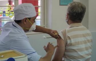 TPHCM tạm thời chưa tiêm vắc xin phòng COVID-19 cho người trên 65 tuổi