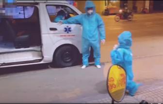 Bé gái 5 tuổi mắc COVID-19 mặc đồ bảo hộ rộng thùng thình lên xe đi điều trị khiến ai cũng xót lòng