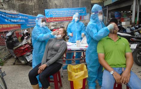 TPHCM: Đã lấy 420 mẫu xét nghiệm COVID-19 cho tiểu thương và người dân tới chợ Bình Đông