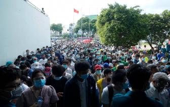 Hàng ngàn người dồn ứ chờ tiêm vắc xin ngừa COVID-19 tại Nhà thi đấu Phú Thọ