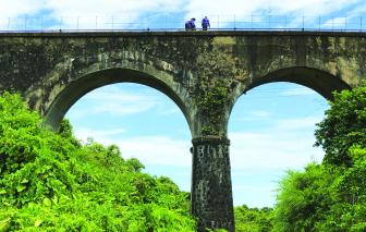 Cây cầu thần thoại giữa núi rừng Hải Vân