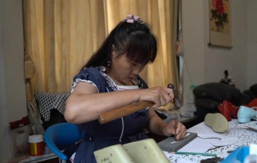 Người phụ nữ 55 tuổi sửa gần 3.000 đôi giày cho người khuyết tật