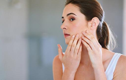 Thói quen xoa tay lên mặt và không thay áo gối khiến da ngày càng xấu đi