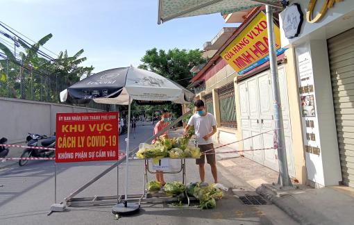 """Lập nhóm đi chợ, mang lương thực giúp sinh viên """"cầm cự"""" qua dịch"""