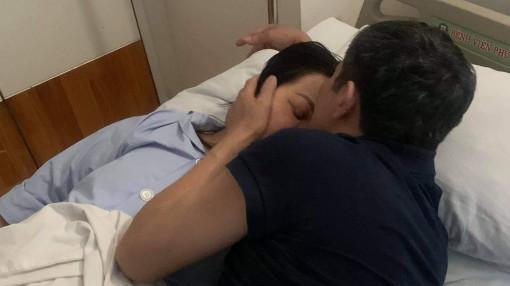 Chuyện tình tuyệt đẹp phía sau tấm hình chồng hôn vợ trên giường bệnh