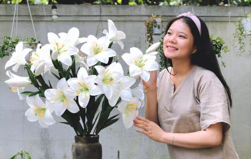 Nghỉ việc lương ngàn đô, cô gái Huế theo đuổi nghề làm hoa giấy cùng người khuyết tật