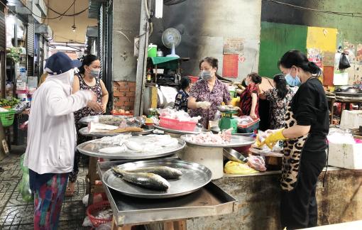 Người dân TPHCM bắt đầu hai tuần mua hàng giảm tiếp xúc