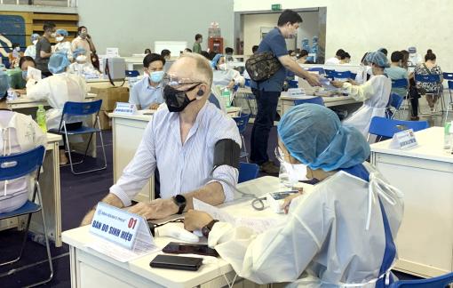 Những mũi tiêm hy vọng cho giáo viên nước ngoài ở Việt Nam