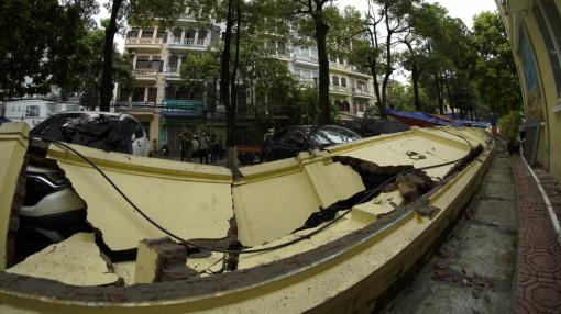 Hà Nội: Tường sập đè 13 ô tô đang đỗ trên vỉa hè