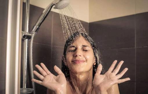 Rửa mặt khi tắm gây ra mụn, nếp nhăn