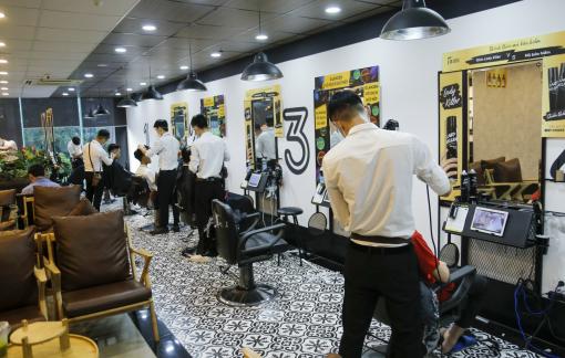 Hà Nội: Cửa hàng cắt tóc gội đầu ùn ùn trước giờ đóng cửa