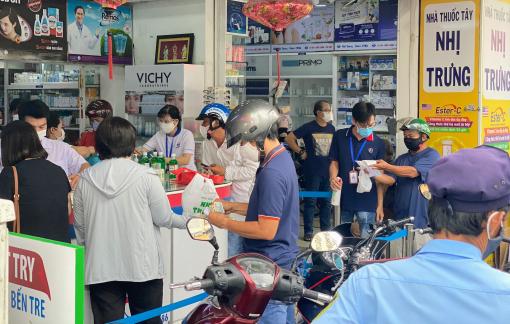 Người dân TPHCM chen nhau mua thuốc Tây dự phòng nhằm hạn chế ra ngoài