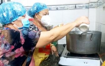 Mẹ con họ đã đi chợ nấu 30.000 suất ăn