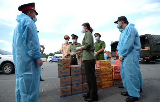 Hỗ trợ 37,5 tấn gạo cùng nhiều nhu yếu phẩm cho các chiến sĩ công an nơi tuyến đầu chống dịch COVID-19