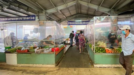 """Chợ truyền thống hoạt động lại: Hàng hóa dồi dào, giá cả khá """"mềm"""""""